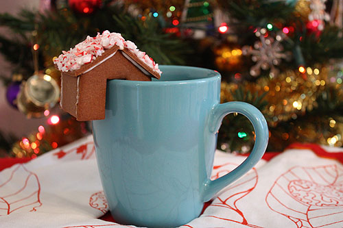 savvyhousekeeping gingerbread house on cup