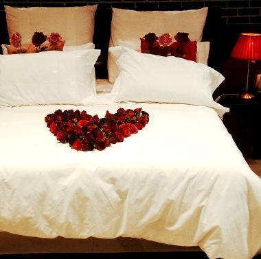 savvyhousekeeping valentine's day romantic bedroom decor decoration