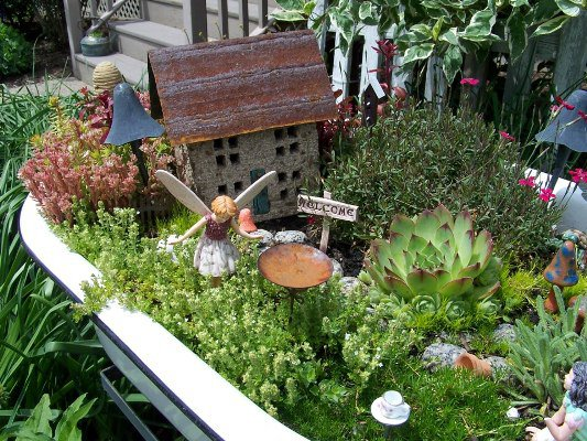 Arlene-Brennemans-tiny-house-centers-the-miniaturel-garden